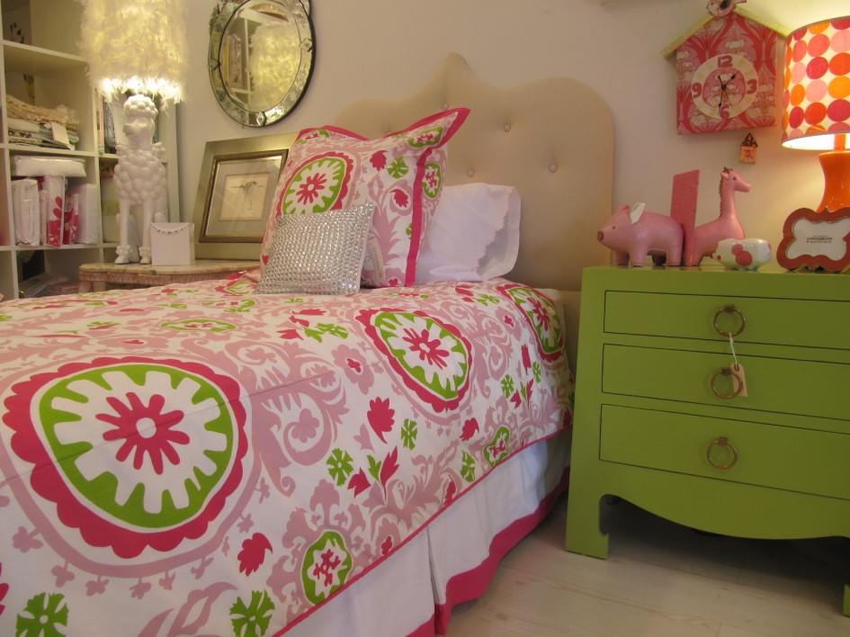 pink-and-green-girl-room-ideas-with-pink-floral-bed-covers Pink and Spring Green design images 5