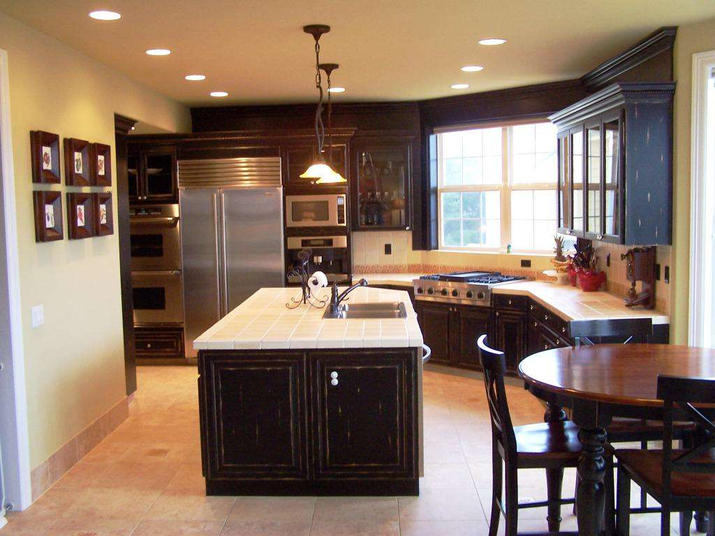 Considerations for small kitchen remodeling small kitchen for Kitchen decorating ideas for a small kitchen