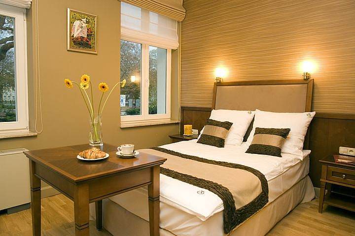 Decorating tips for a small master bedroom ehow ask home for Small master bedroom