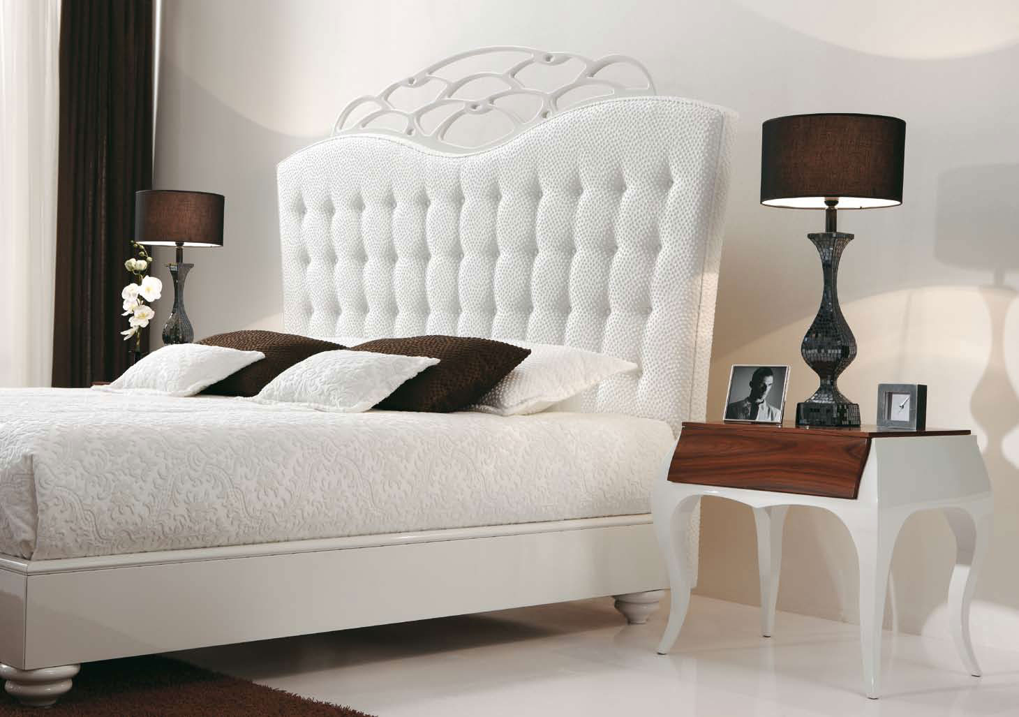 White bedroom furniture create personal space more for Small white bedroom