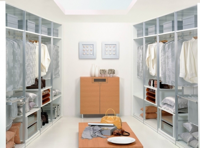 Small Walk In Closet Layout With Stunning Furniture Design 5911
